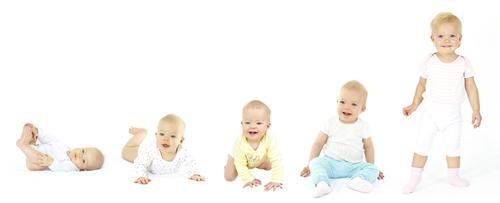 Le développement du bébé mois par mois, de sa naissance à 1 an