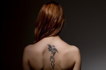 Tatouages noirs éphémères au henné : attention, danger !