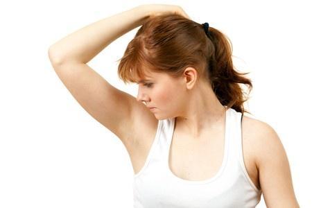 Transpiration excessive : 7 remèdes naturels pour en venir à bout
