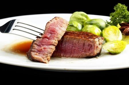 Manger trop de viande rouge augmenterait le risque de cancer du sein