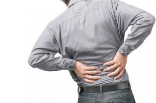 L'acné à l'origine des douleurs lombaires ?